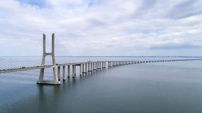 Flyg- sikt av Vasco da Gama Bridge över Taguset River i Lissabon Fotografering för Bildbyråer