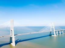 Flyg- sikt av Vasco da Gama Bridge And High biltrafik i den Lissabon staden Royaltyfria Foton