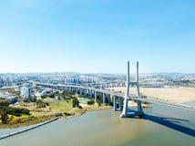 Flyg- sikt av Vasco da Gama Bridge And High biltrafik i den Lissabon staden Royaltyfri Foto