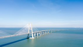 Flyg- sikt av Vasco da Gama Bridge And High biltrafik i den Lissabon staden Arkivbild