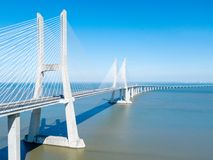Flyg- sikt av Vasco da Gama Bridge And High biltrafik i den Lissabon staden Royaltyfri Bild