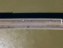 Flyg- sikt av Vasco da Gama Bridge And High biltrafik i den Lissabon staden Fotografering för Bildbyråer