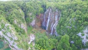 Flyg- sikt av vattenfall och sjöar i den Plitvice nationalparken arkivfilmer