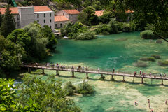 Flyg- sikt av vattenfallet Skradinski Buk och träbron över floden i den Krka nationalparken Arkivbilder
