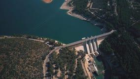 Flyg- sikt av vattenkraftväxten och fördämningen royaltyfria bilder