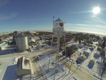 Flyg- sikt av vattentornet i liten stad Royaltyfri Bild
