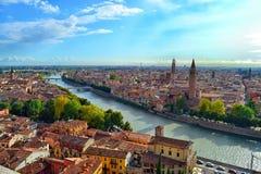 Flyg- sikt av Verona från Castel San Pietro Arkivfoto