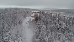 Flyg- sikt av vinterlägret i pinjeskog
