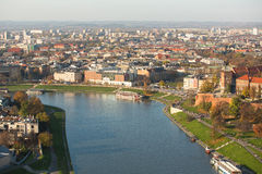 Flyg- sikt av Vistulaet River i det historiska centret Arkivbild