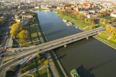 Flyg- sikt av Vistulaet River i det historiska centret Arkivfoto
