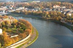 Flyg- sikt av Vistulaet River i det historiska centret Vistula är den längsta floden i Polen Royaltyfri Foto