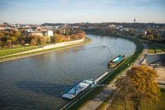 Flyg- sikt av Vistulaet River i det historiska centret Vistula är den längsta floden i Polen, på 1.047 kilometer i lengt Royaltyfri Foto