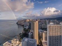 Flyg- sikt av Waikiki Hawaii med en regnbåge Royaltyfria Bilder