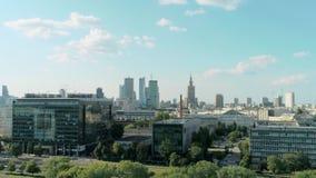 Flyg- sikt av Warszawa i Polen med skyskrapor, slott av kultur och att parkera lager videofilmer