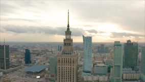 Flyg- sikt av Warszawadawntown, slott av kultur, Polen lager videofilmer