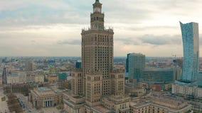Flyg- sikt av Warszawadawntown, slott av kultur, Polen stock video