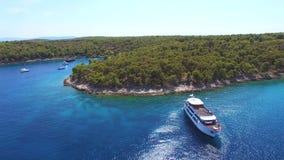 Flyg- sikt av yachten i Adriatiskt havet av kusten arkivfilmer