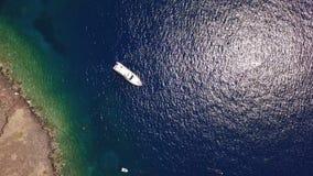 Flyg- sikt av yachten på Oia, Santorini, Grekland stock video