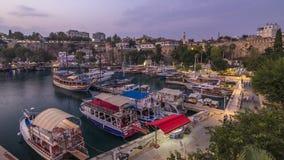 Flyg- sikt av yachthamnen och röda hustak i för stad` för ` gammal dag till natttimelapse Antalya, Turkiet lager videofilmer