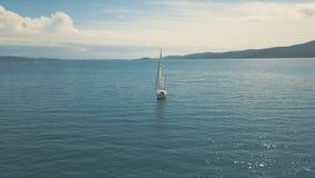 Flyg- sikt av yachtseglingen nära härliga öar Härliga moln i bakgrunden arkivfilmer