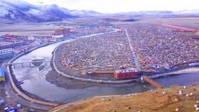 Flyg- sikt av Yarchen Gar Monastery i morgonen arkivfilmer