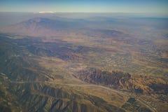 Flyg- sikt av Yucaipa, Cherry Valley, Calimesa, sikt från windo Royaltyfria Bilder