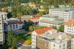 Flyg- sikt avdelningen av astronomi, Stanley Hall och Hearsten som bryter cirkeln i den Uc Berkeley universitetsområdet Arkivbild
