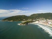Flyg- sikt Barra da Lagoa Beach i Florianopolis, Brasilien Juli 2017 Arkivbild