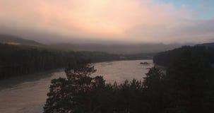 flyg- sikt Bergfloden, som är fött över, och flöten fördunklar 4K arkivfilmer