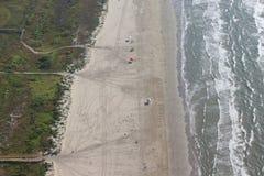 Flyg- sikt, bild av en bred strand med havet och bränning Trästrandpromenaden leder till stranden Galveston ö, USA royaltyfri bild