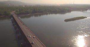 flyg- sikt Bro med trafik över floden w på en solig dag i liten stad 4K arkivfilmer