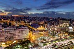 Flyg- sikt 9 de Julio Avenue på natten - Buenos Aires, Argentina royaltyfria foton