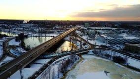 Flyg- sikt: Den sceniska sikten på vägen under solnedgång stock video