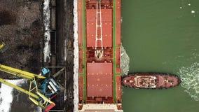 flyg- sikt Det stora skeppet seglar till och med havsisen i vintern, närbild lager videofilmer