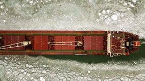 flyg- sikt Det stora skeppet seglar till och med havsisen i vintern, närbild stock video