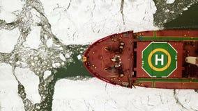 flyg- sikt Det stora skeppet seglar till och med havsisen i vintern, närbild arkivfilmer