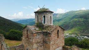 Flyg- sikt en forntida delvist förstörd kristen kyrka av den tionde århundradeANNONSEN i de Caucasian bergen av stock video