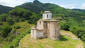 Flyg- sikt en forntida delvist förstörd kristen kyrka av den tionde århundradeANNONSEN i de Caucasian bergen av lager videofilmer