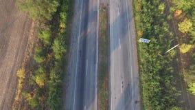 Flyg- sikt en huvudväg i båda riktningar med rörande bilar arkivfilmer
