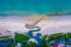 flyg- sikt en liten kanal på stranden arkivbild