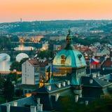 Flyg- sikt för afton av Cityscape av Prague, Tjeckien Royaltyfri Fotografi