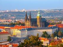 Flyg- sikt för afton av komplexet för Prague slott i Tjeckien Royaltyfri Foto