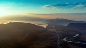 Flyg- sikt för bergdalsoluppgång arkivfilmer