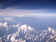 Flyg- sikt för blåa himlar och för moln Royaltyfri Bild