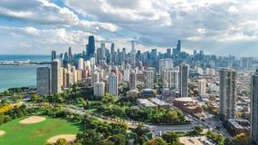 Flyg- sikt för Chicago horisont från ovannämnt, Lake Michigan och stad av Chicago i stadens centrum skyskrapacityscape från Linco arkivfoton