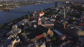 Flyg- sikt för Cityscape på den gamla staden med kupoldomkyrkan och Daugavafloden i den Riga staden, Lettland lager videofilmer