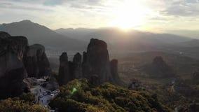 Flyg- sikt för episk Grekland bergsolnedgång arkivfilmer