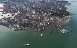 Flyg- sikt för fiskareby i den Bintan ön, Indonesien Royaltyfri Foto