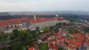 Flyg- sikt för gammal stadPrague panna, röda tak, stadsslott stock video
