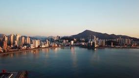 Flyg- sikt för Gwangan bro och Haeundae på soluppgång, Busan, Sydkorea arkivfilmer